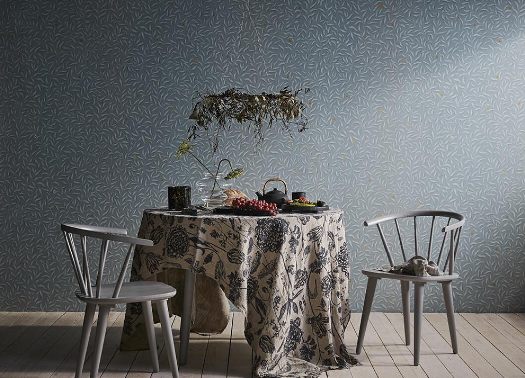 Blommig bordsduk och tapet från Sandberg Wallpaper x Ellos