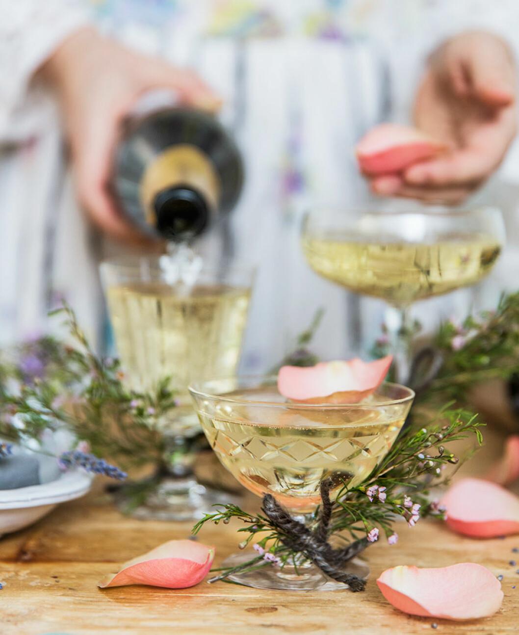 Dekorera glasen med rosenblad och torkad lavendel.