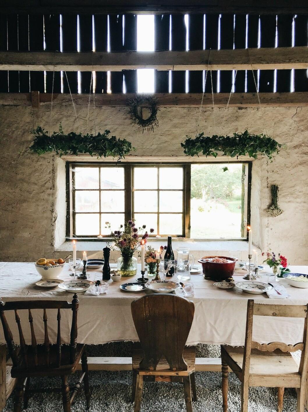 Duka långbordet med linneduk, nyplockade blommor och sommarkvällens middag. Vi hämtar inspiration från ELLEs bloggare Elsa Billgren som är en mästare på att få till drömlik känsla i hennes Gotlandslada.