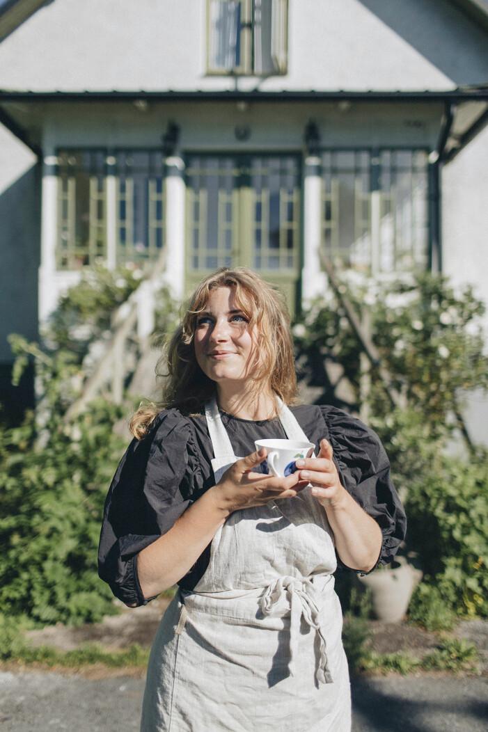 Elsa Billgren utanför sommarhuset på Gotland