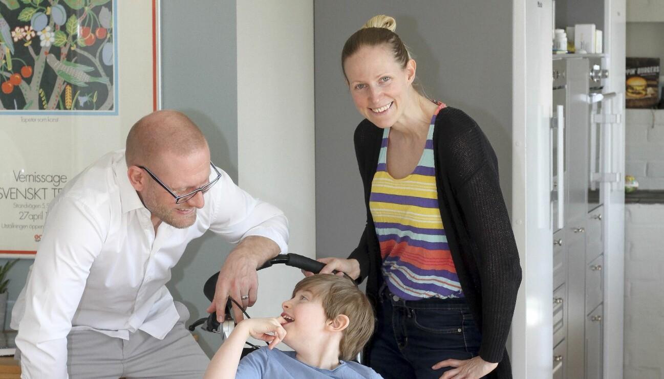 Johanna och Andreas Bruhn med sonen Elton i sitt kök.
