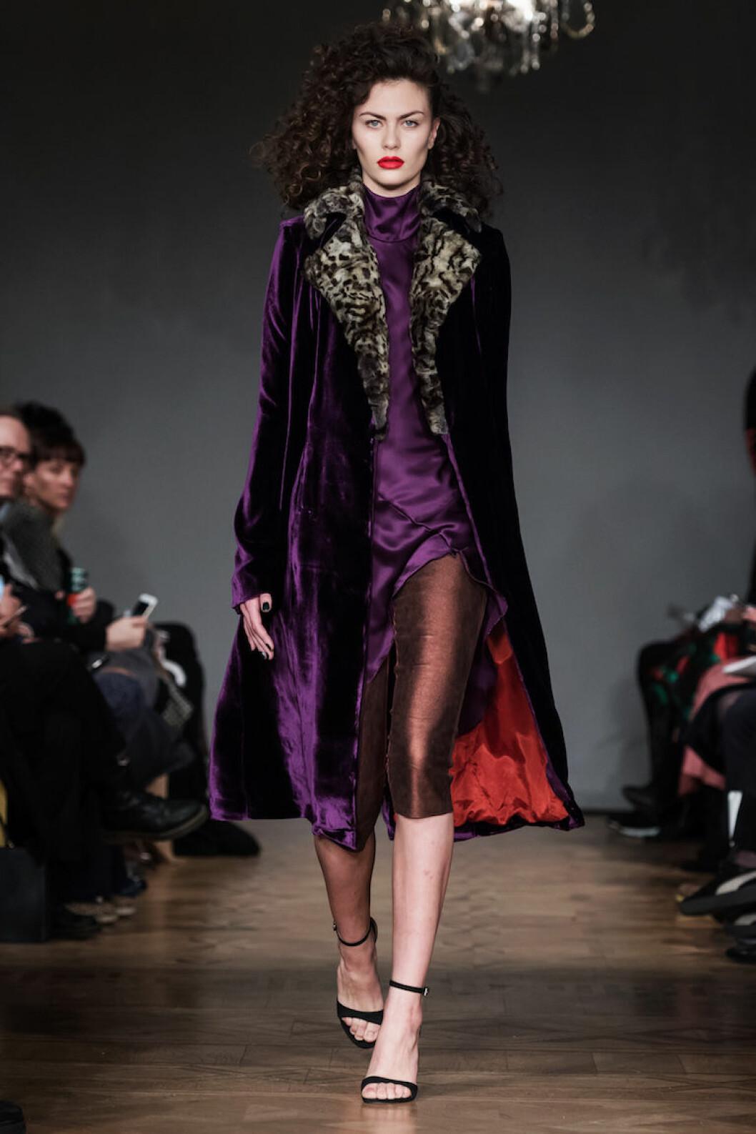 Sidenklänning i stark lila från Emelie Janrell