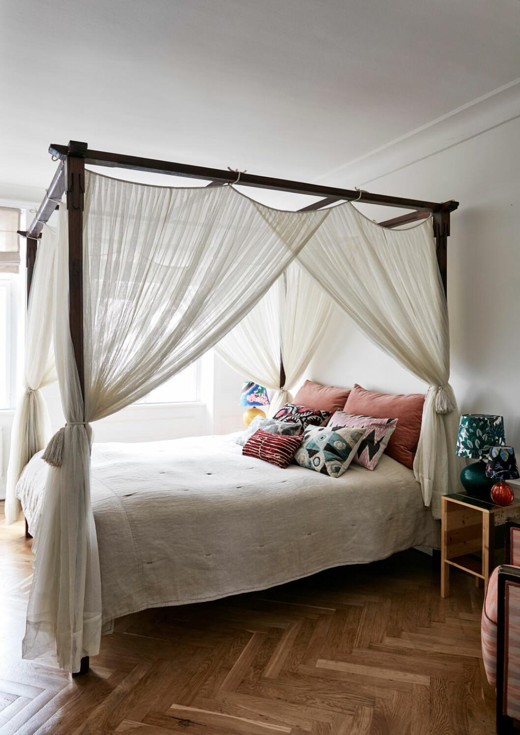 Hemma hos Emili Sindlev Köpenhamn sovrum sänghimmel