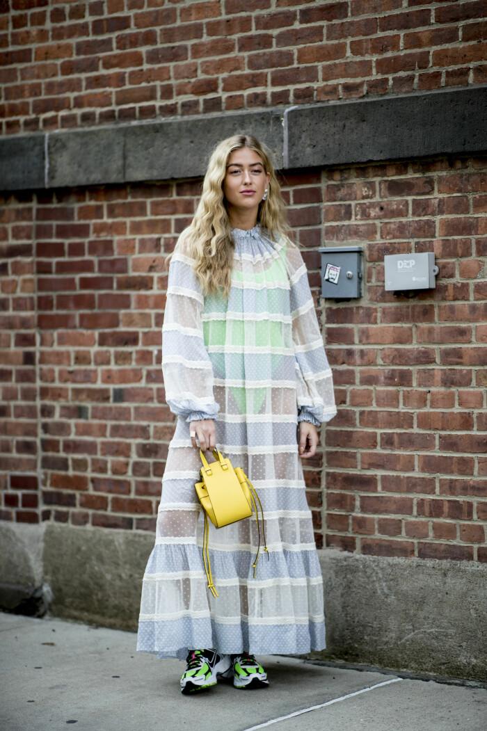 Emili Sindlev matchar färg med färg och vi älskar det!