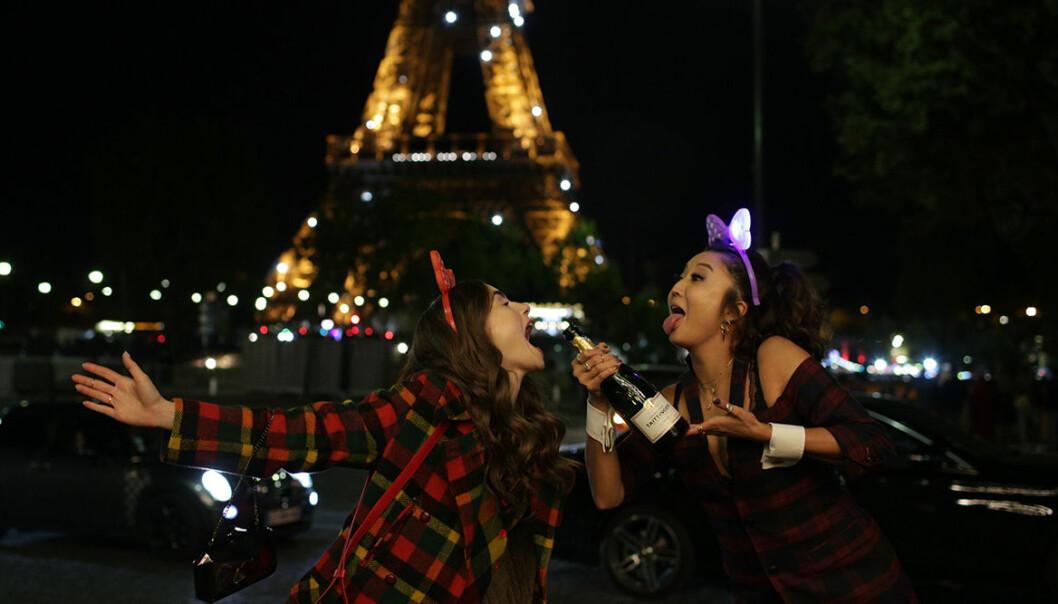 Emily in Paris Eiffeltornet Mindy