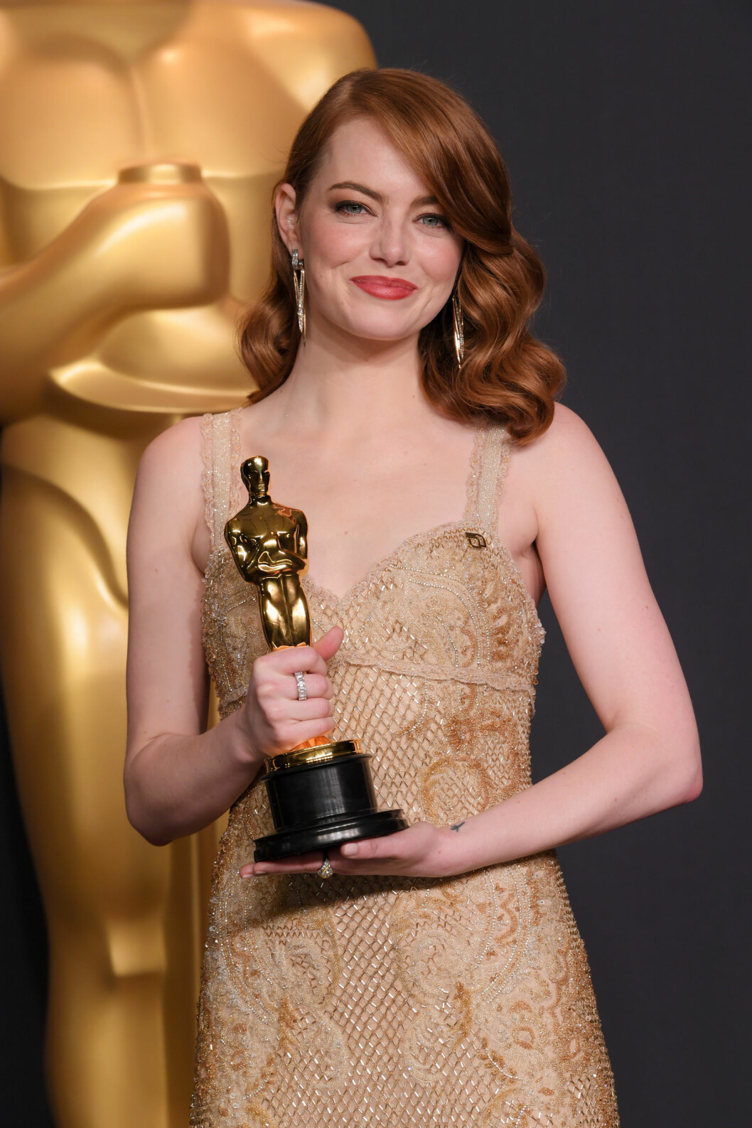 Emma Stone med rött hår och vackra vågor.