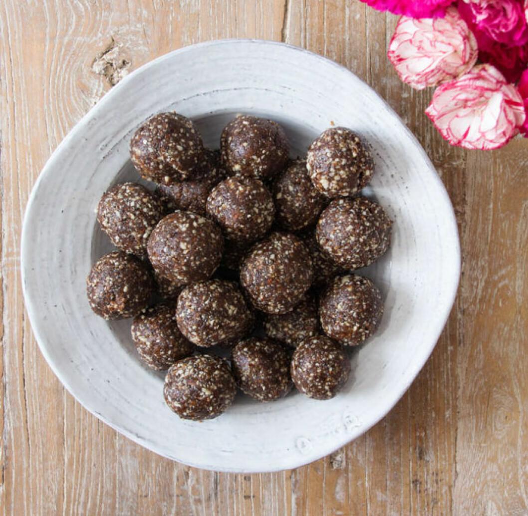 Chokladbollar med dadlar, mandlar och chiafrön.