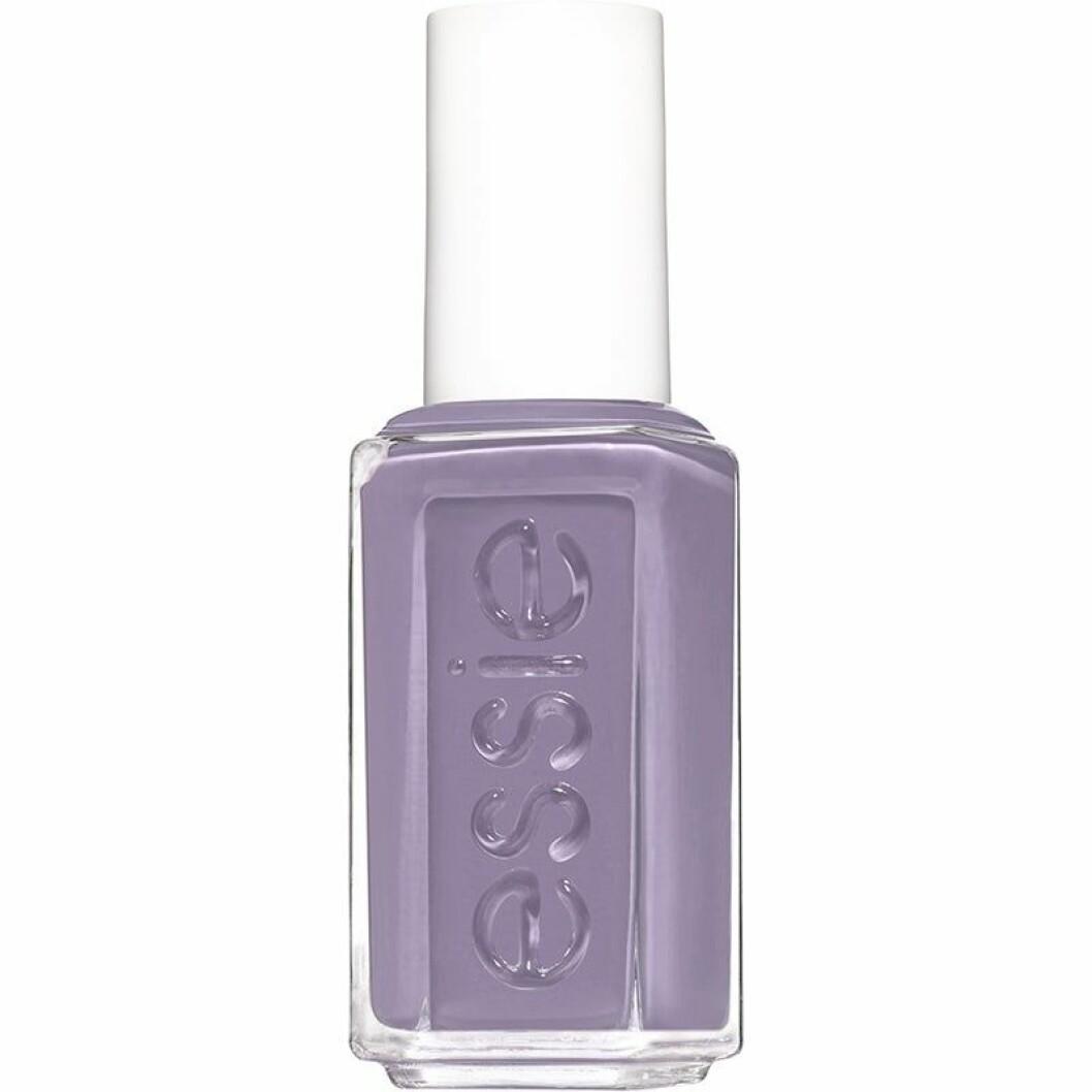 nagellack i lila från essie.