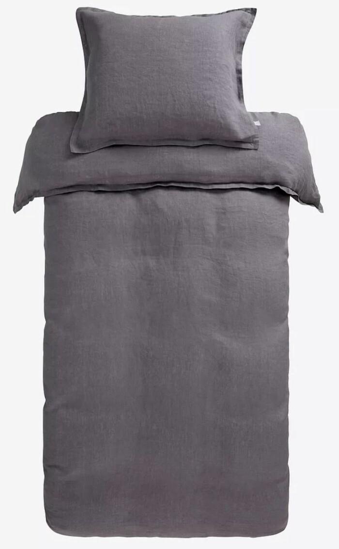 Ett grått 2-delat påslakanset i emzymtvättat linne från Jotex.