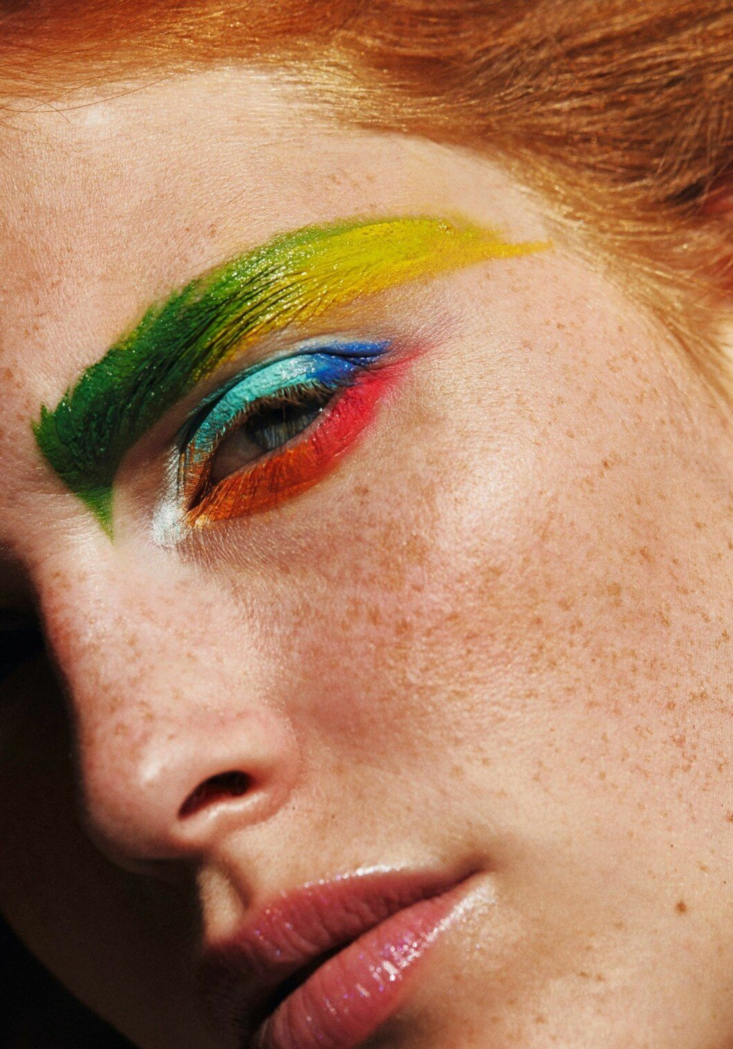 Euphoria-sminkning, färgglad ögonskugga grön, gul, blå, rosa