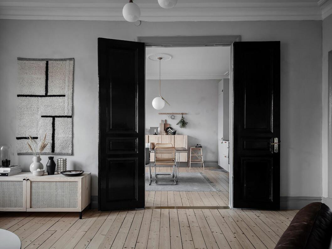Att måla en dörr eller karm i en snygg färg är ett enkelt inredningsknep