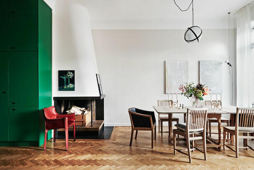 Bordet med tillhörande stolar är svenskt 1700-tal, fåtölj från Klaessons Möbelfabrik i Örebro. Skinnfåtöljen Cab 413 vid öppna spisen designades av Mario Bellini för Cassina 1977. Konstverk till vänster av brittiska konstnären Ivan Seal och till höger av belgiskan Michiel Ceulers. Taklampa av Lars Englund.