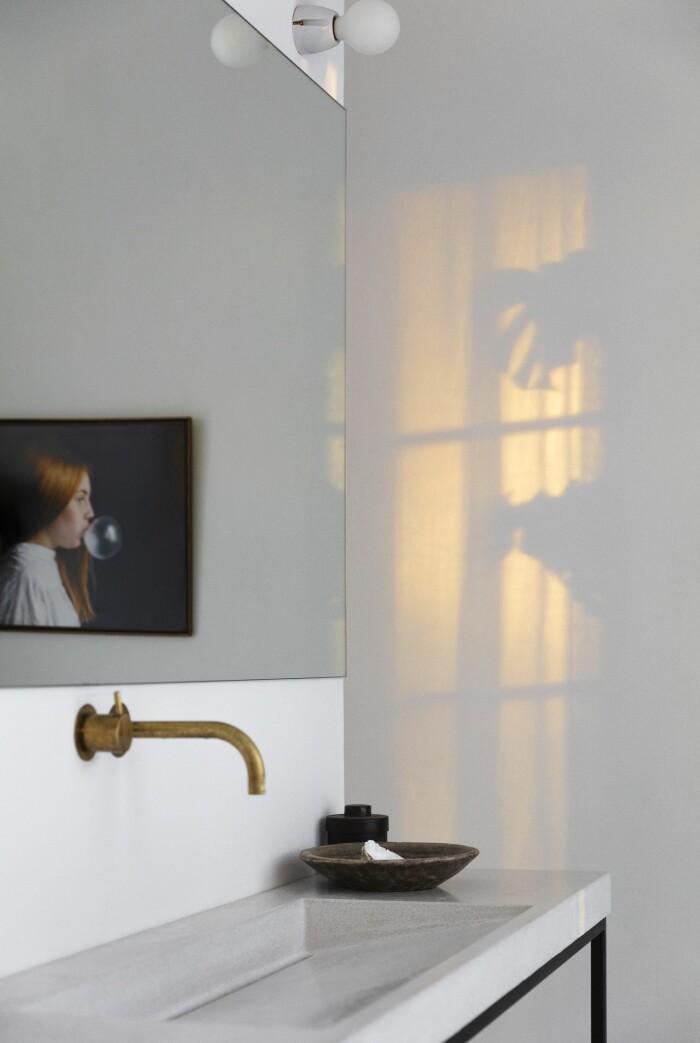 Färingsöhuset Malin Cropper Elle Decoration badrum i sensommarljus