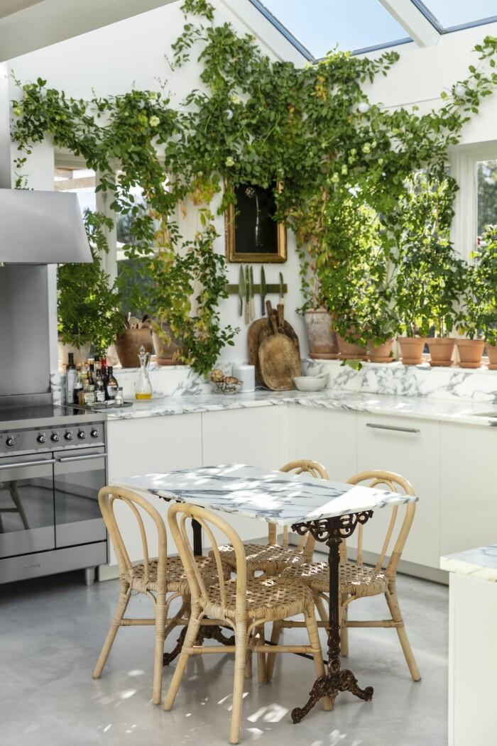 Färingsöhuset Malin Cropper Elle Decoration köket matplats pelargoner