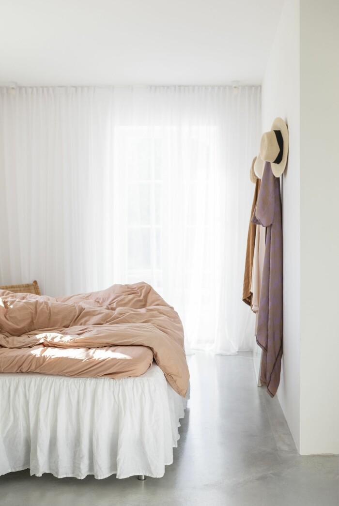 Färingsöhuset Malin Cropper Elle Decoration sovrum linne gardiner