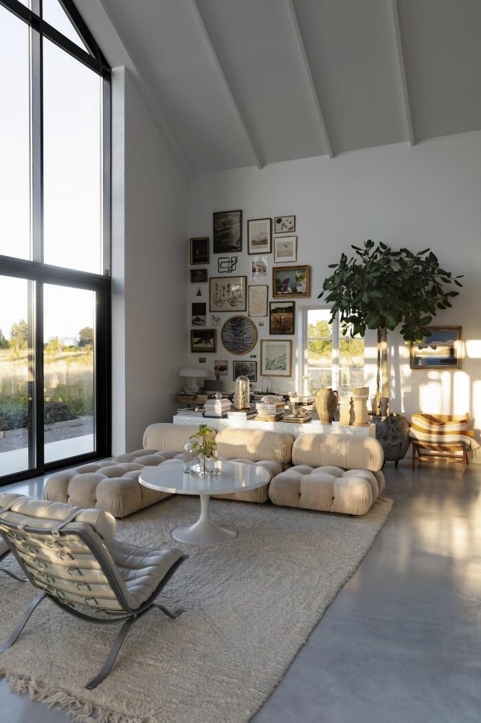 Färingsöhuset Malin Cropper Elle Decoration ljuset i vardagsrummet fikusträdet