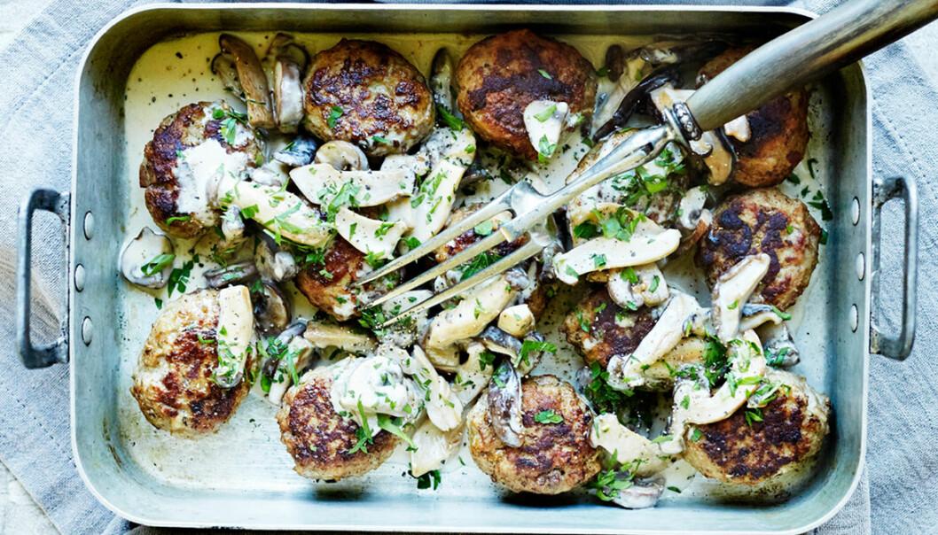 Recept på färsbiffar med krämig svampsås och potatis.