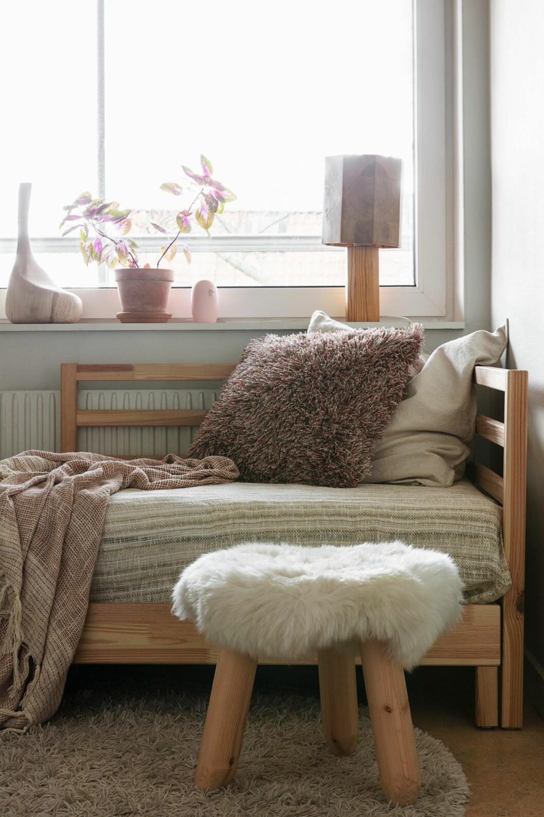 Fåtölj och textil hemma hos träkonstnären i Stockholm