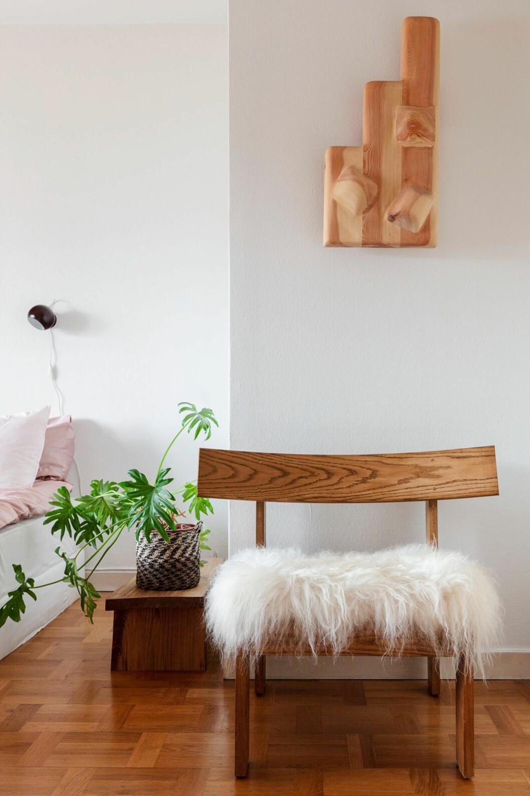 Fåtölj i trä hemma hos träkonstnären i Stockholm