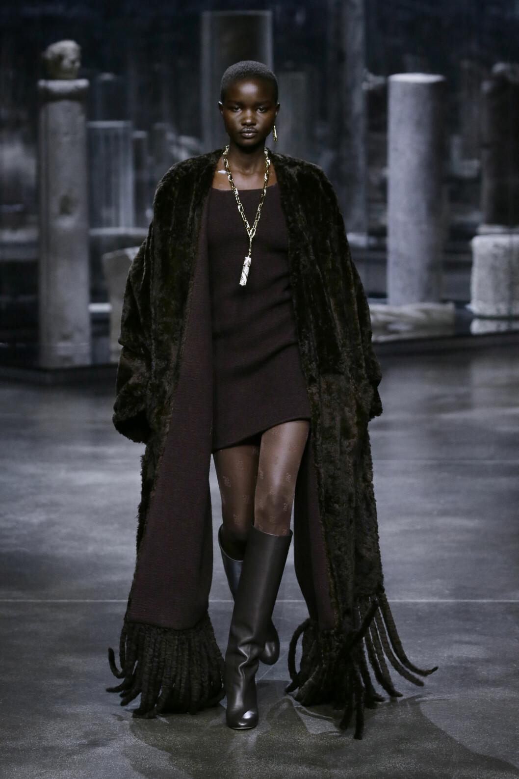 mörkbrun look från Fendi