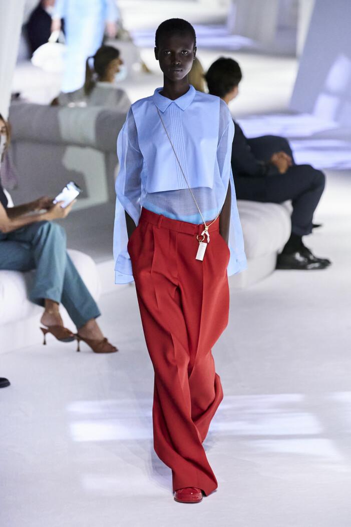 Ljusblå skjorta och röda lösa kostymbyxor. vårmode 2021