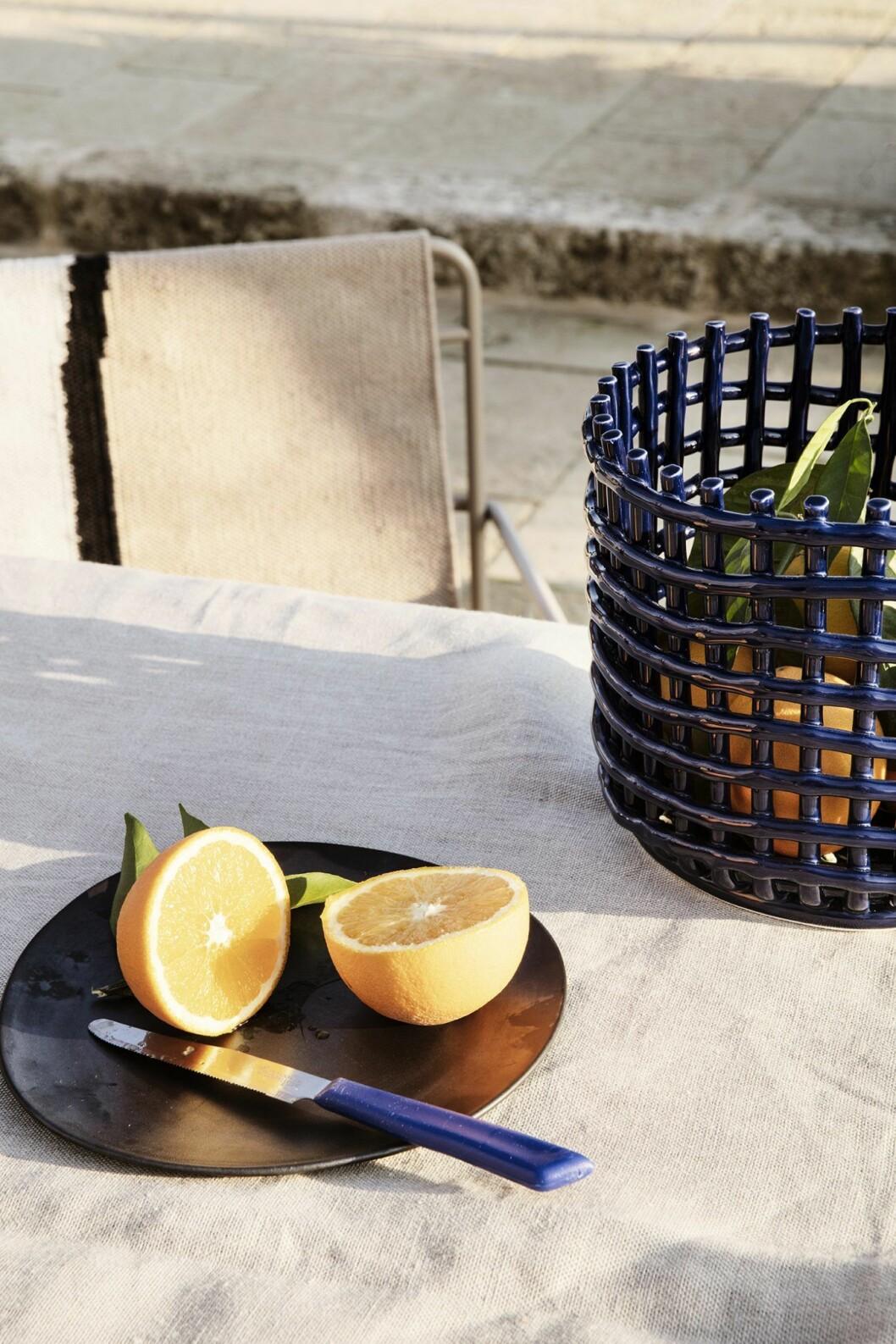 Sommarens ruta kommer i alla möjliga former. Ferm Living tolkar den som en modern detalj i sina glaserade keramikkorgar.