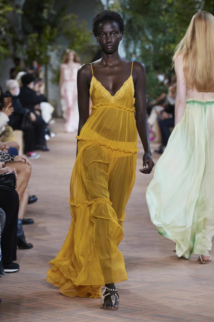 Gul transparent klänning vårmode 2021