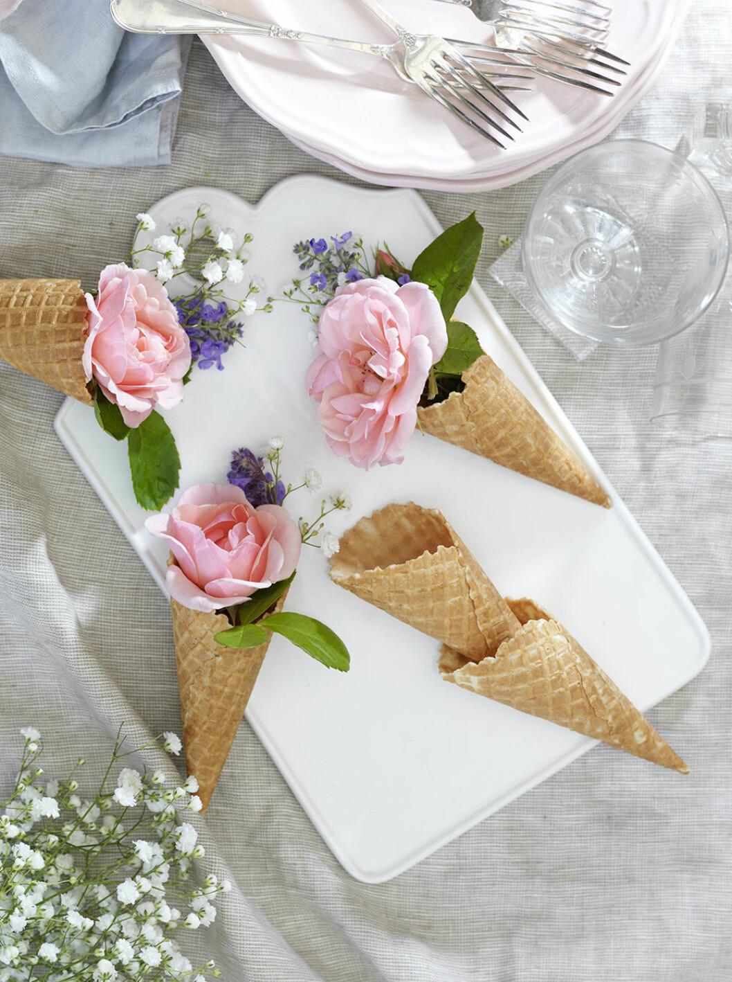 Sommardekoration till fest – glasstrutar med blommor