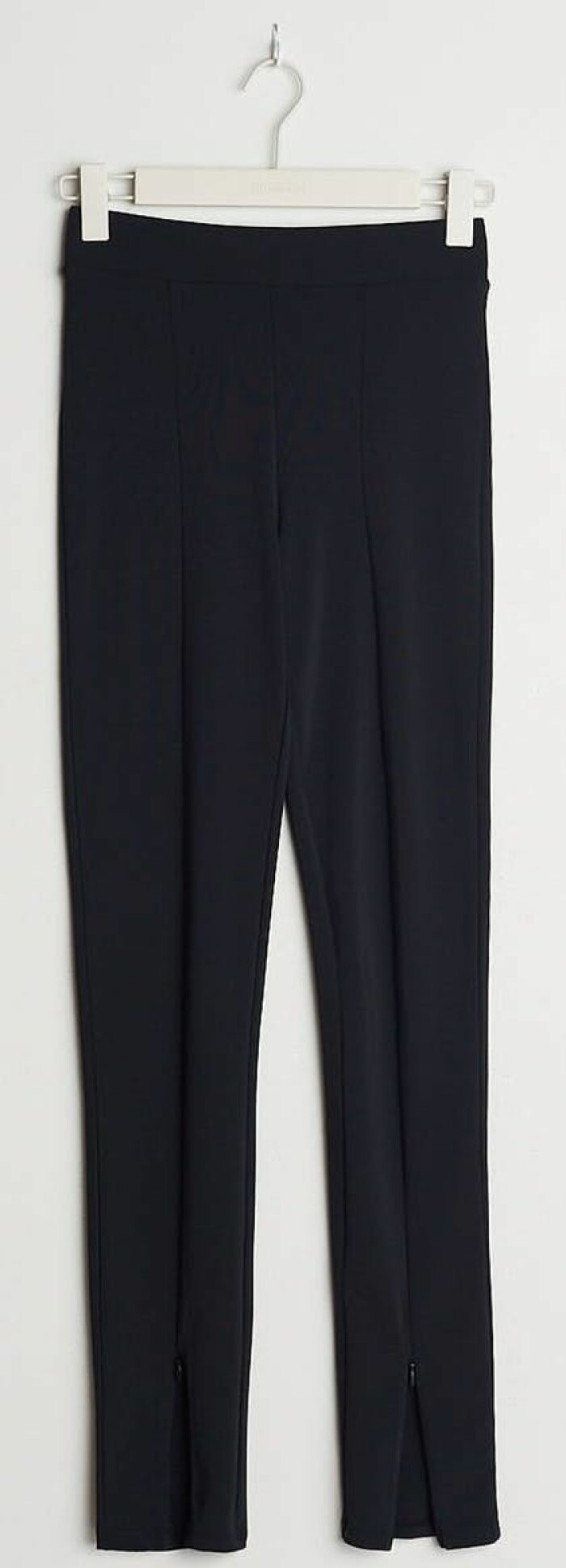 Figurnära leggings med stängbar slits med dold dragkedja från gina tricot.