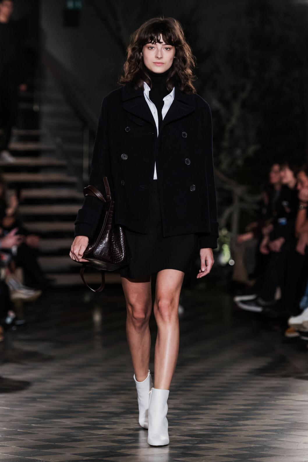 Filippa K AW 18, kvinna i svart jacka och kort kjol.
