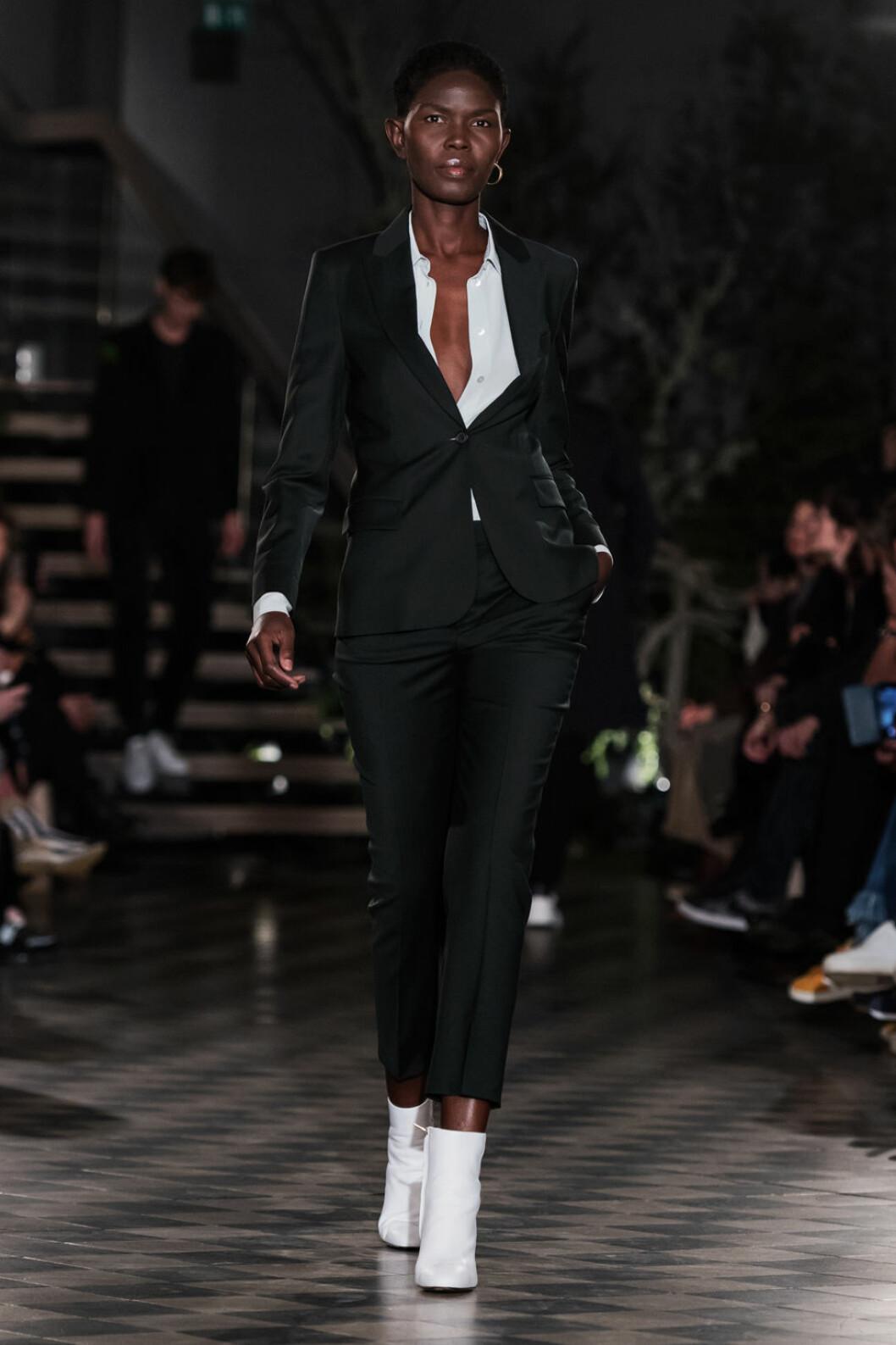 Filippa K AW 18, kvinna i vit skjorta och svart kostym.