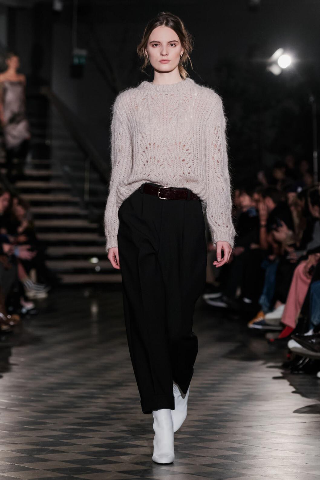 Filippa K AW 18, stickad ljus tröja med svarta byxor.