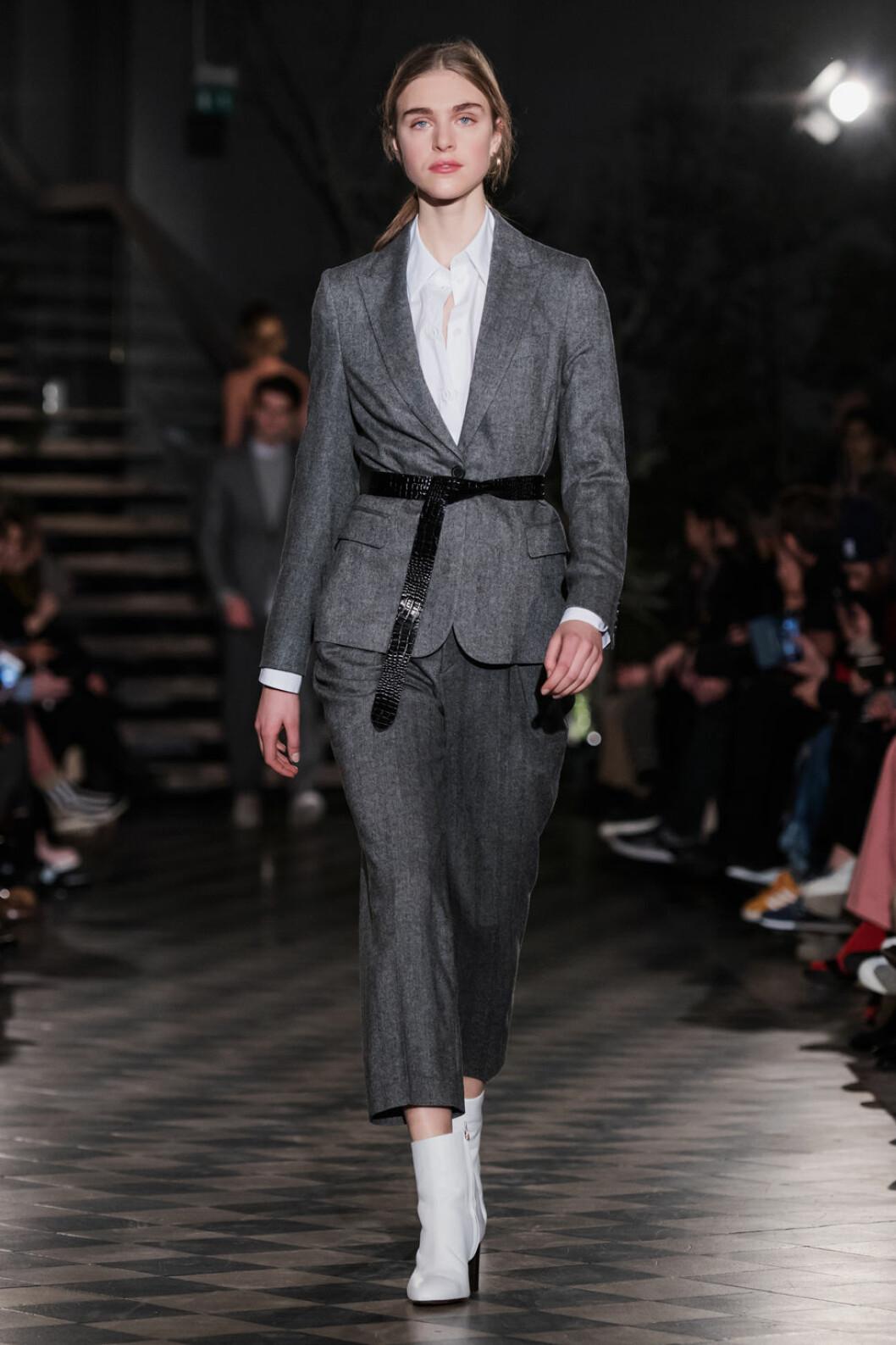 Filippa K AW 18, grå kostym med svart bälte.
