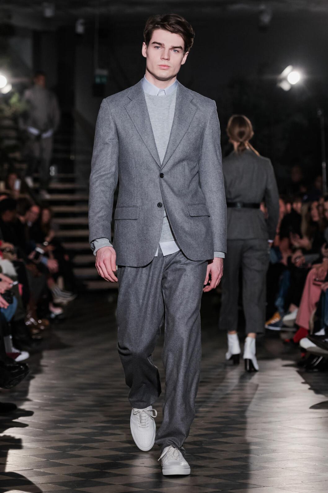 Filippa K AW 18, man i grå kostym.