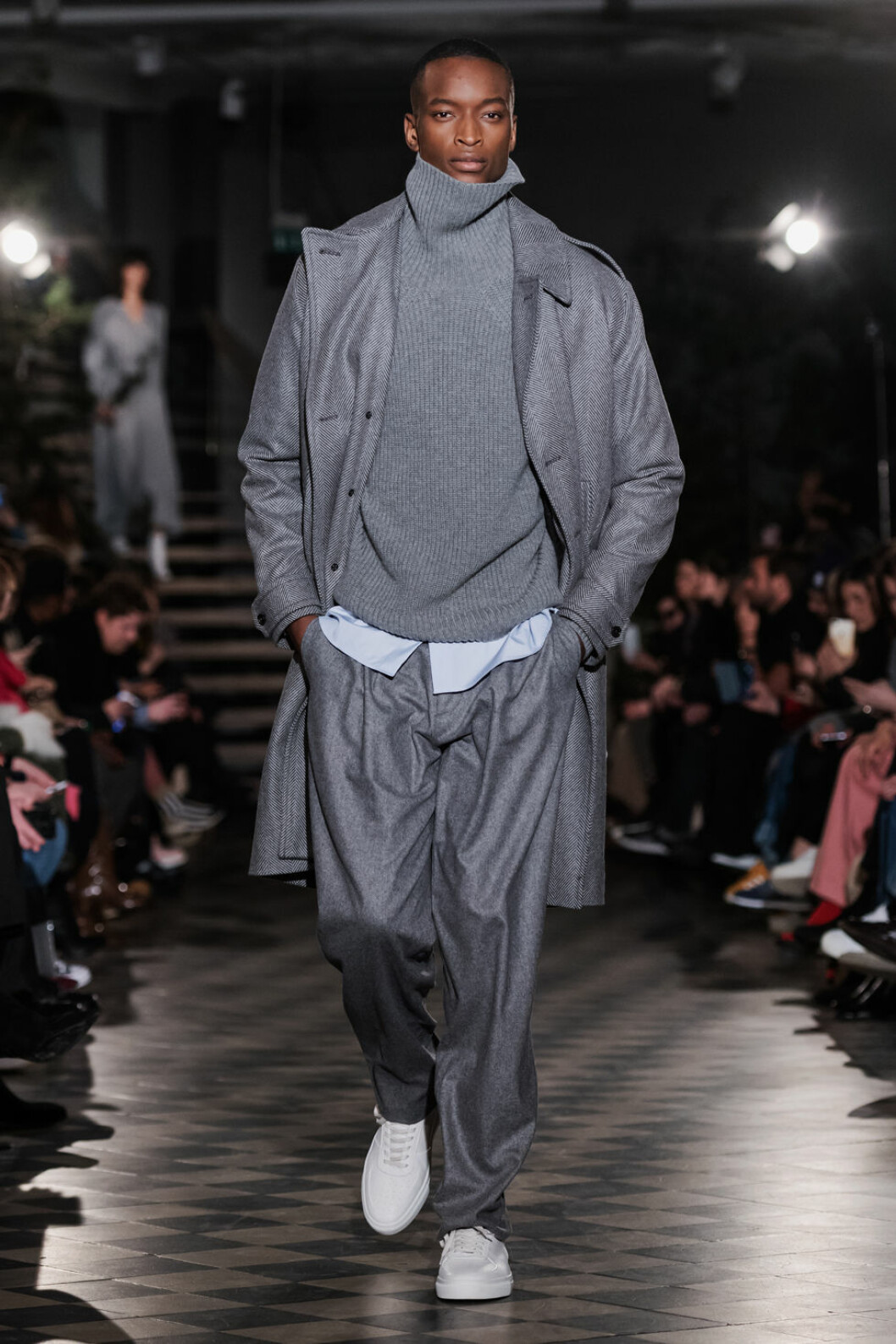 Filippa K AW 18, man i grå stickad polotröja och byxor.