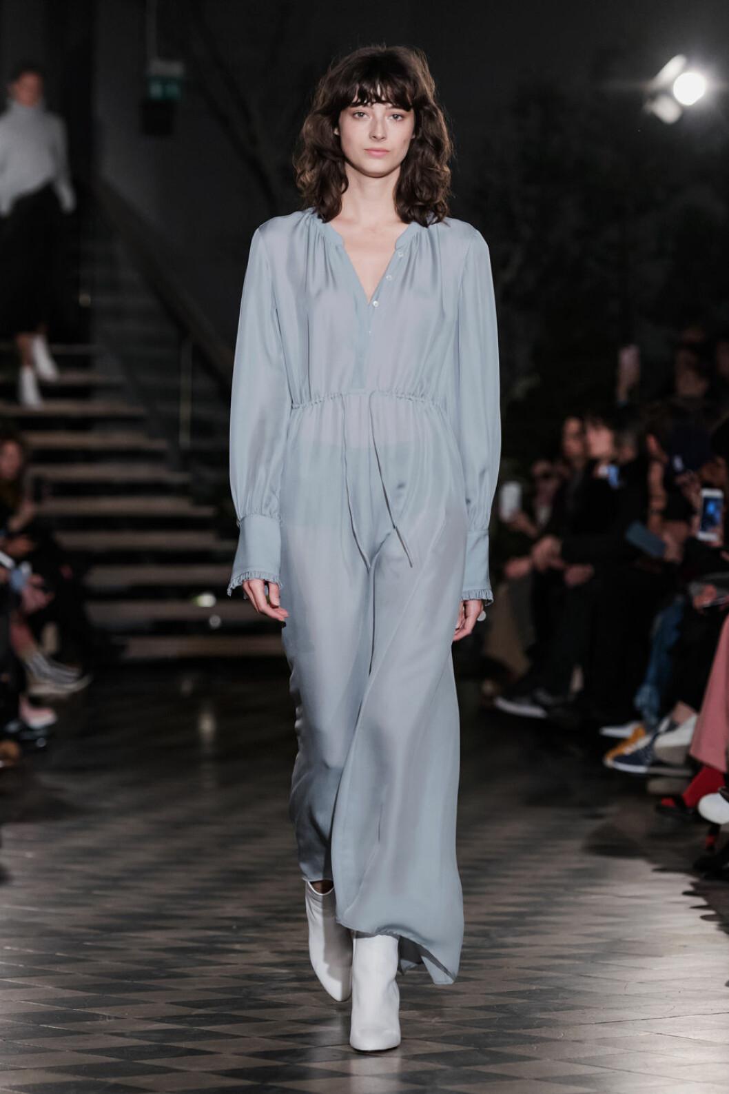 Filippa K AW 18, ljusgrå transparent klänning.