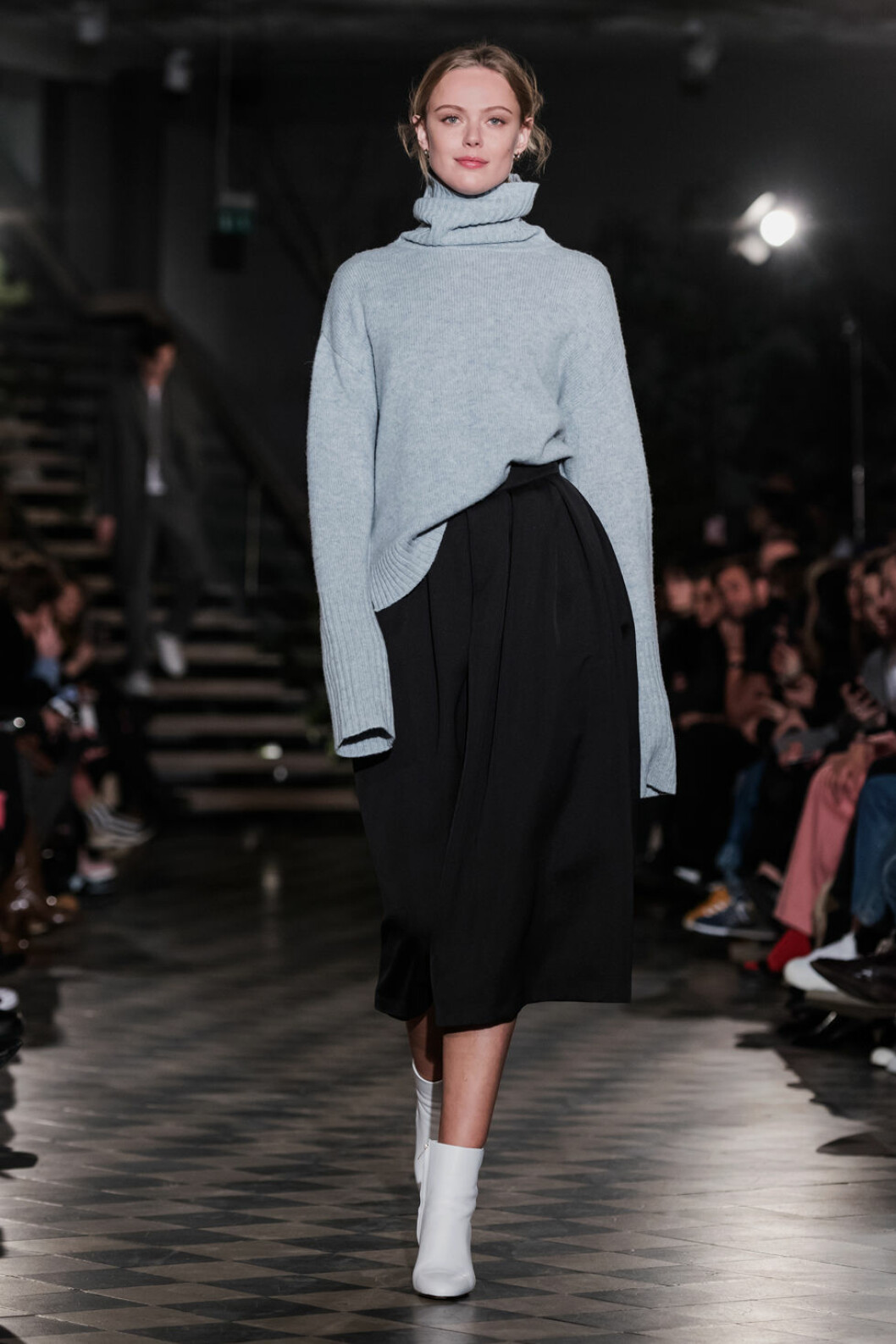 Filippa K AW 18, grå polotröja och svart kjol.