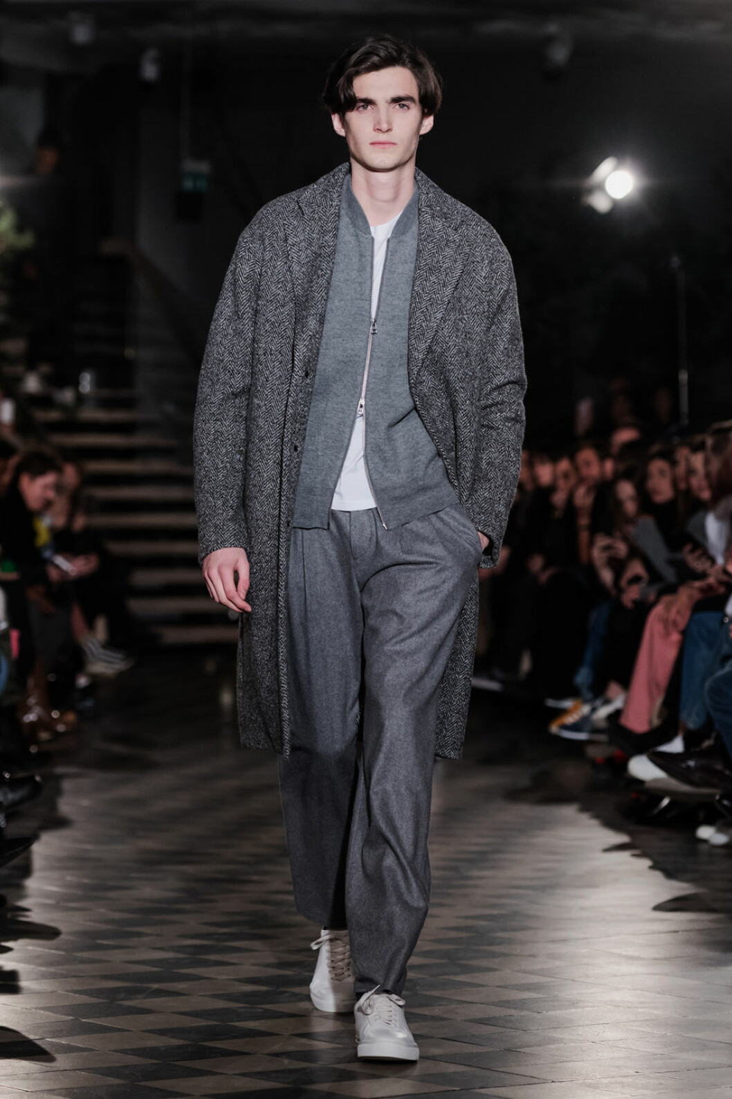 Filippa K AW 18, man i grå outfit.