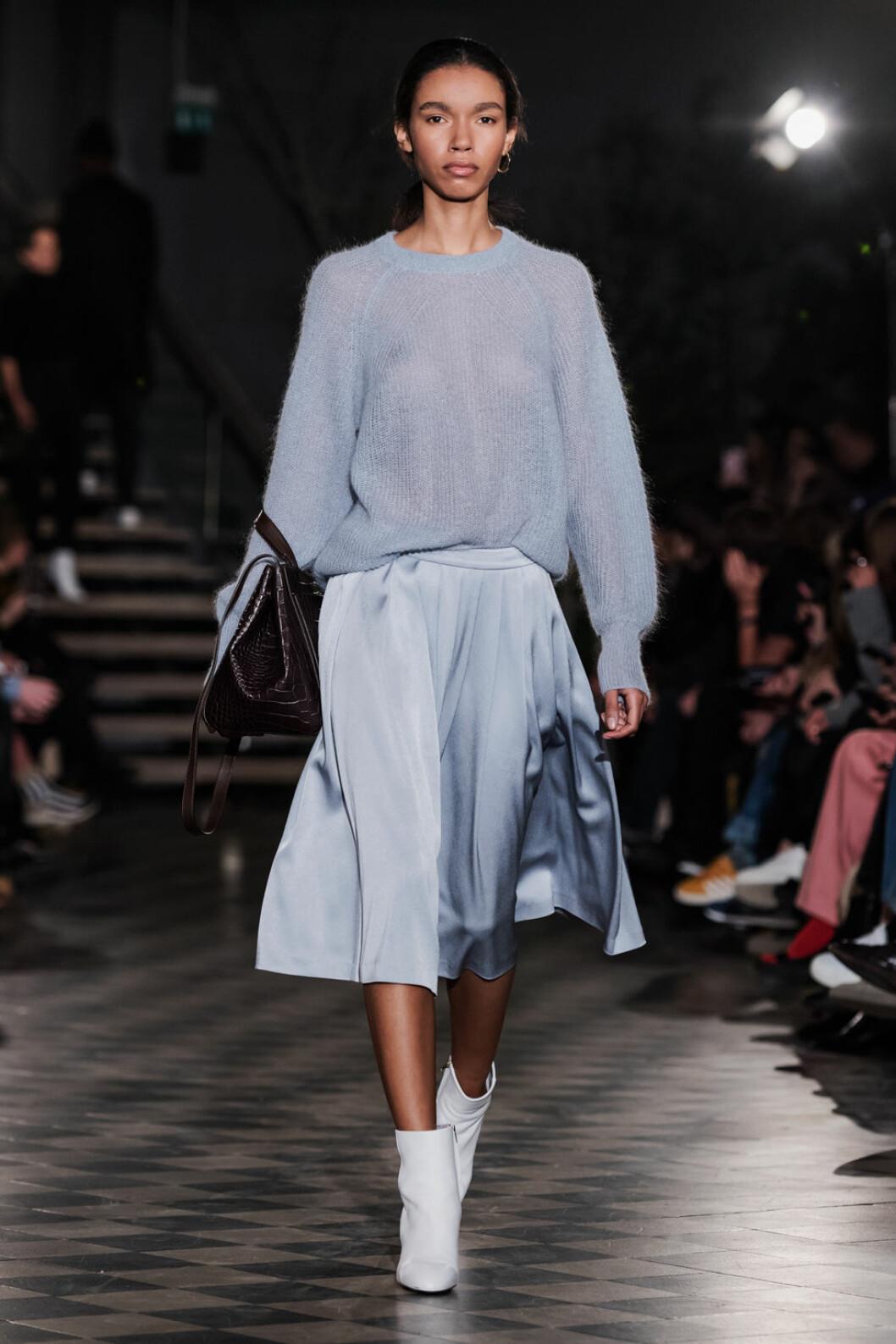 Filippa K AW 18, ljusblå stickad tröja och satin kjol.