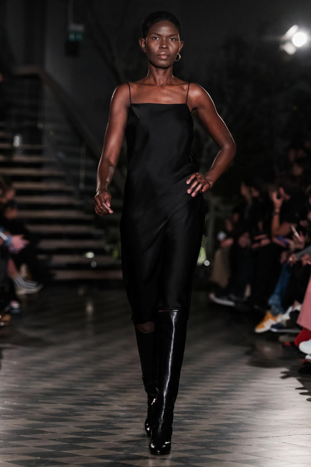 Filippa K AW 18, kvinna i svart satin klänning.