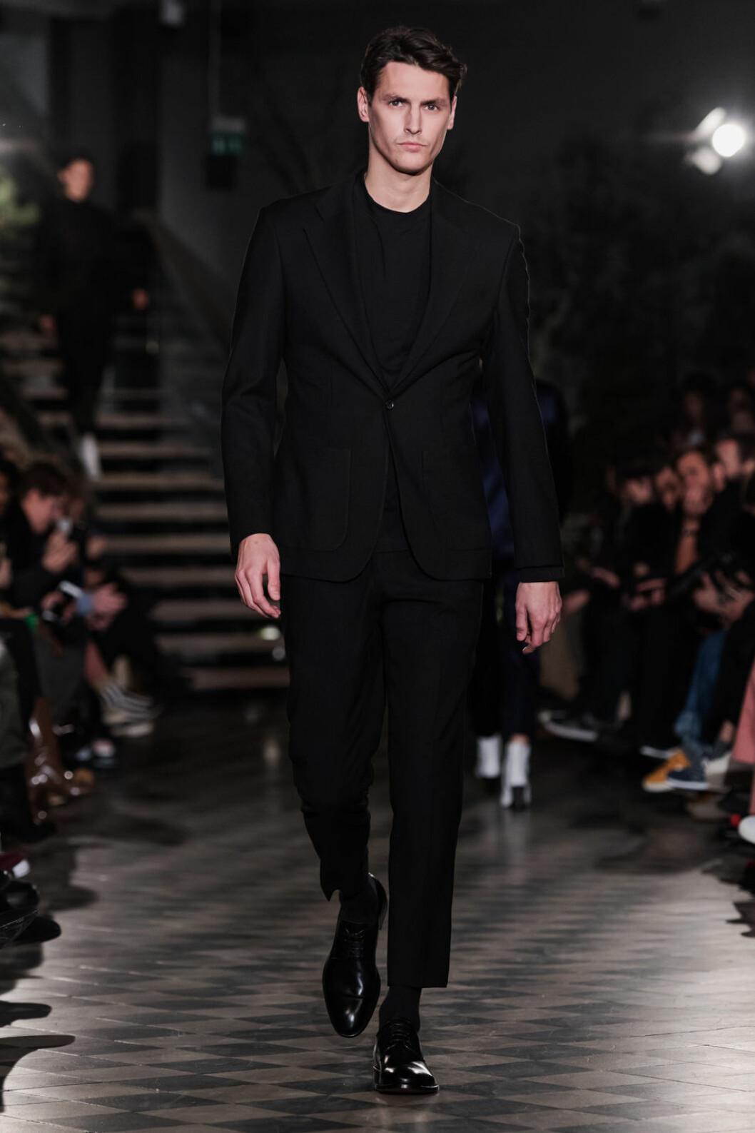 Filippa K AW 18, man i svart kostym.