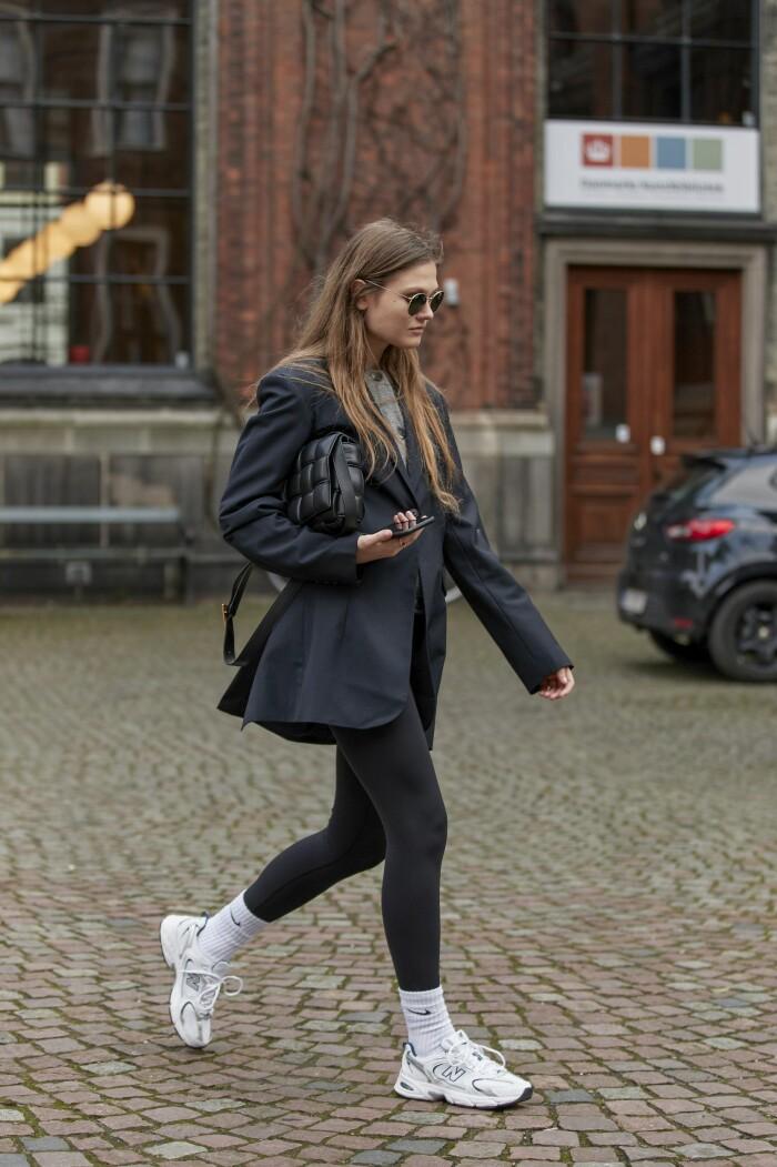 Filippa Hägg stylar New Balance sportiga sneakermodell 530, klicka på bilden för att komma till skon.