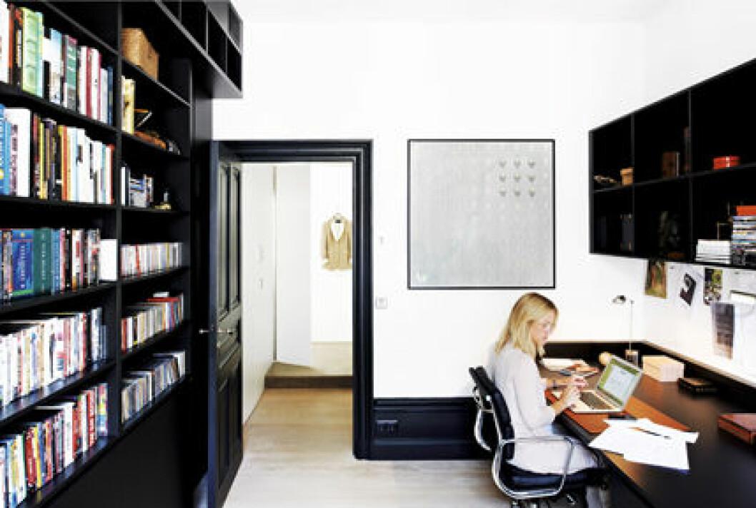 Filippa i arbets-rummet med platsbyggda hyllor och skrivbord