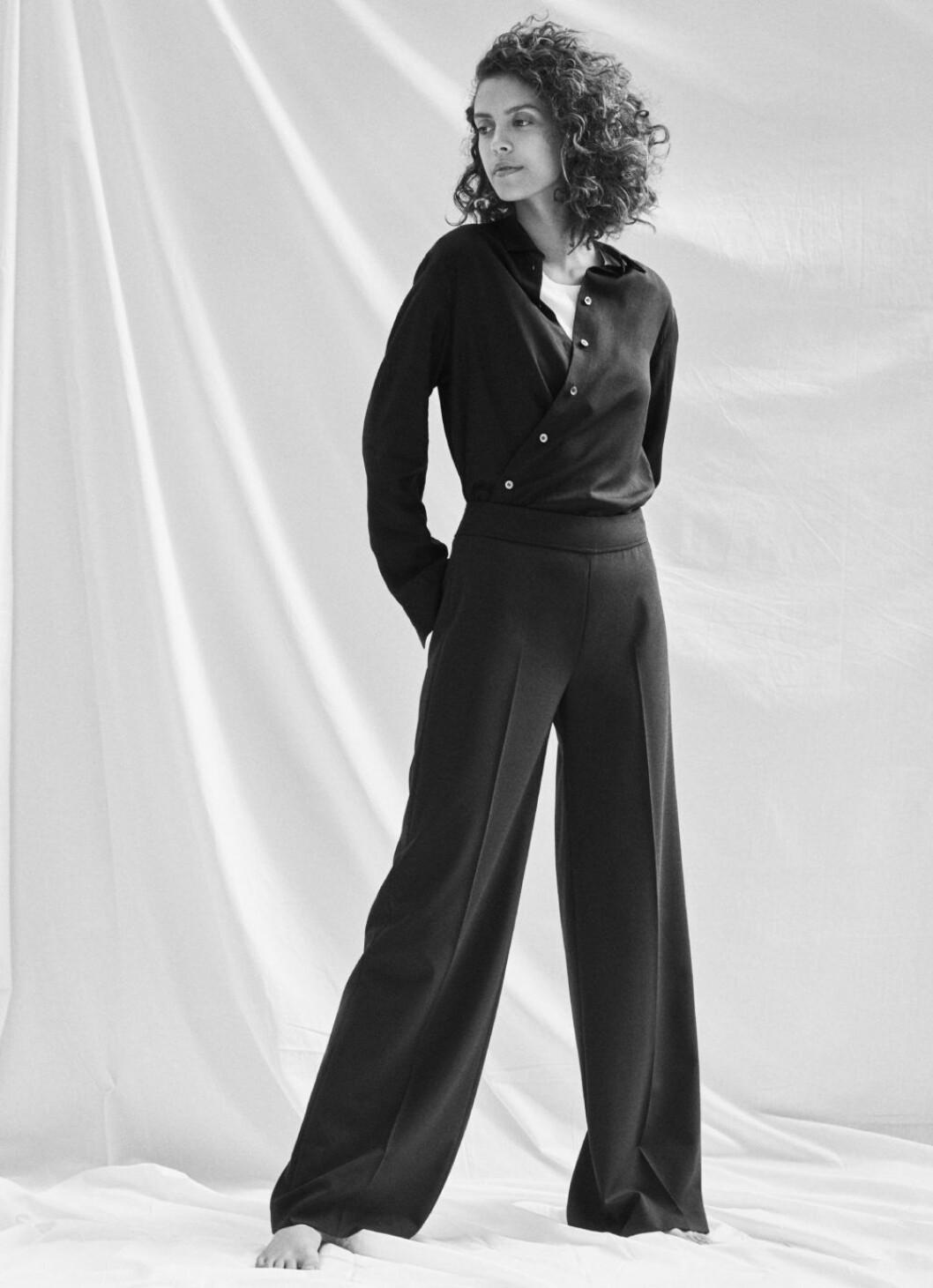 Kampanj med nyckelplagg från Filippa K, skjorta stylad med kostymbyxor.