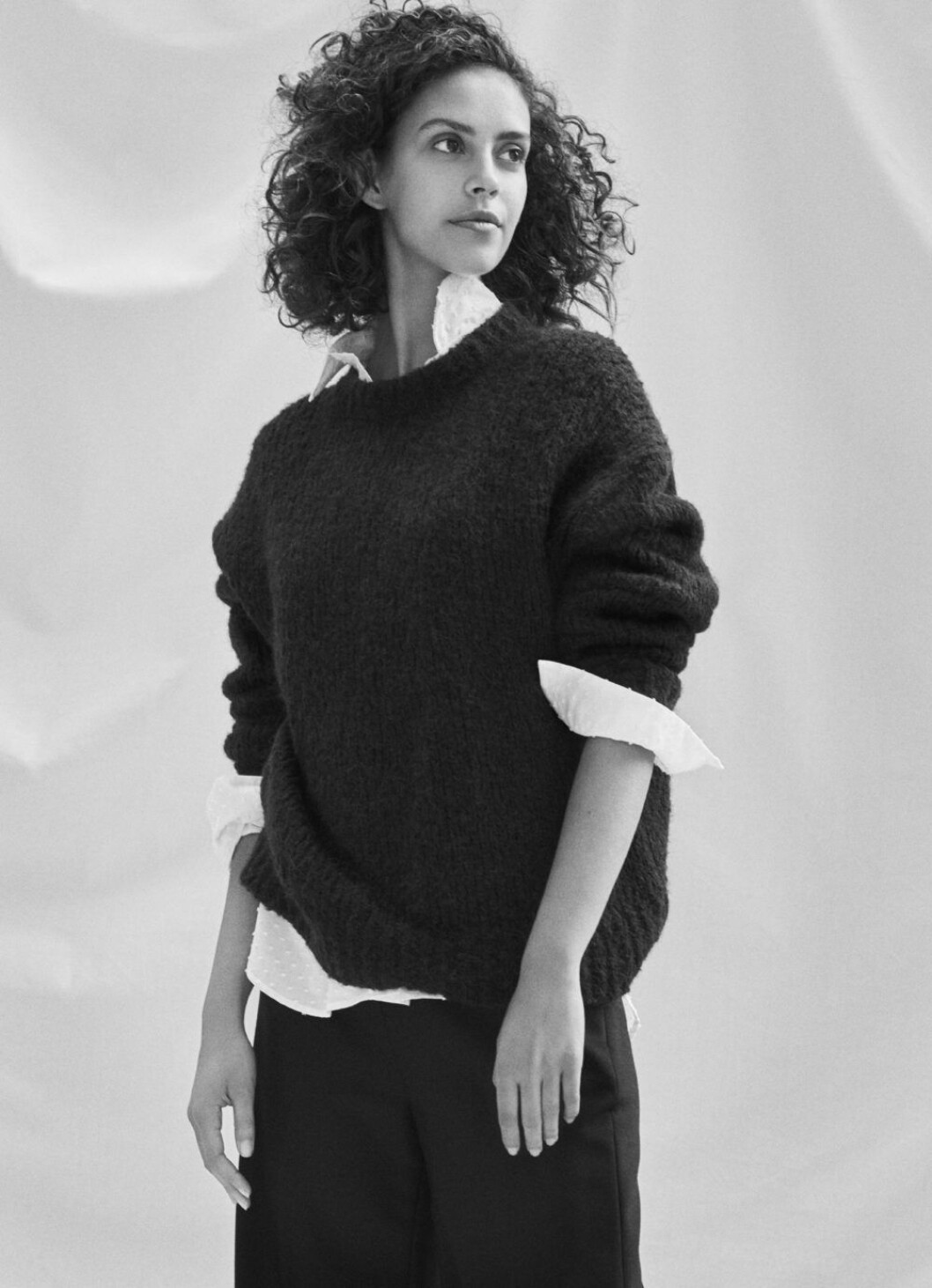 Kampanj Filippa K, stickad tröja stylad med skjorta.