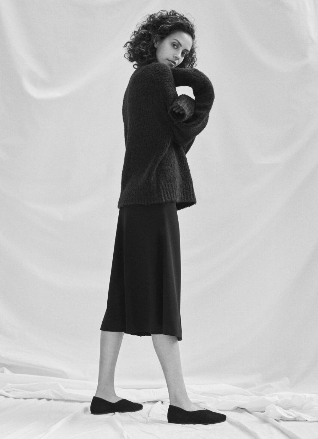 Stickad tröja och kjol, Filippa K kampanj.