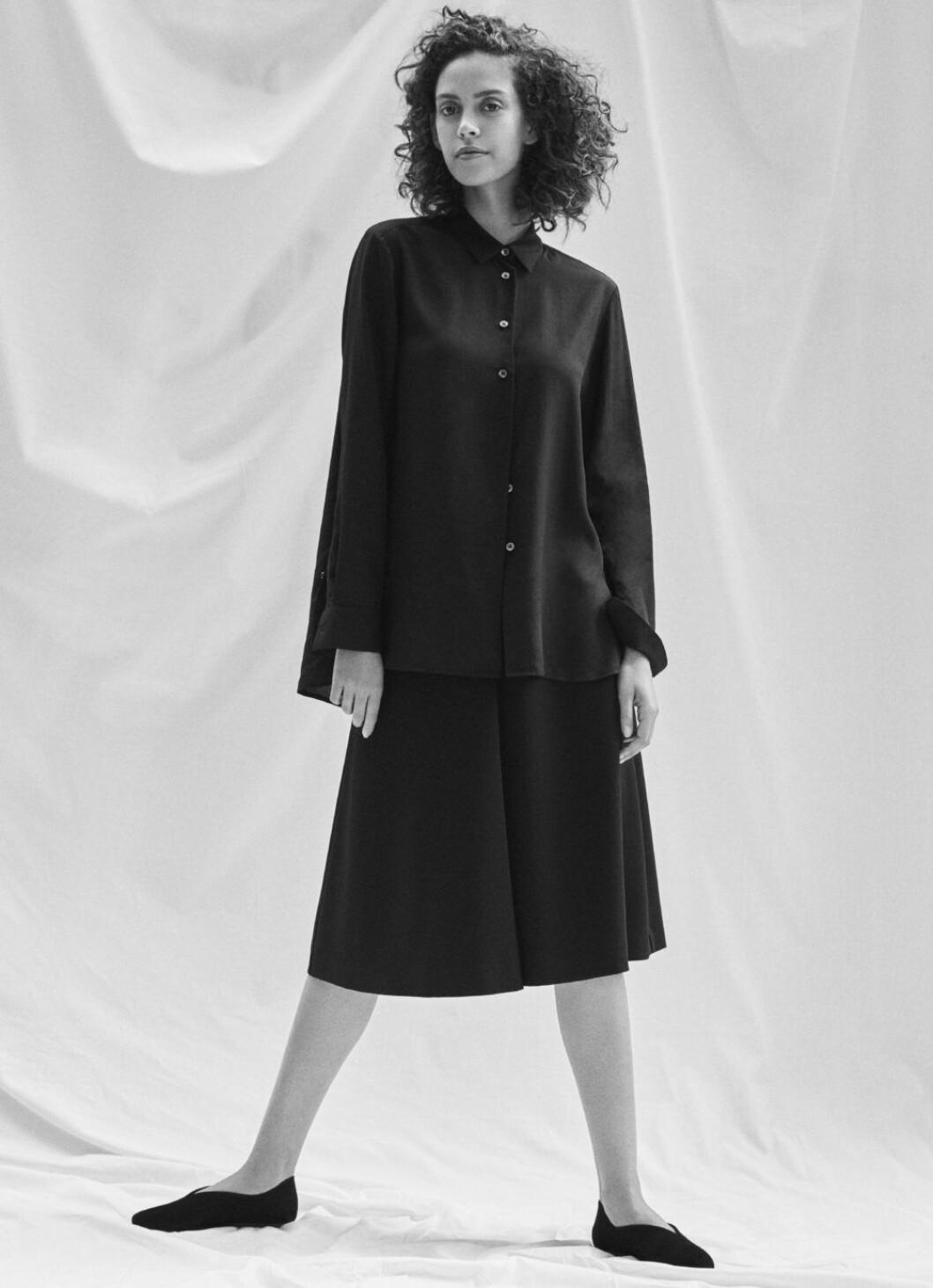 Kampanj med nyckelplagg från Filippa K, svart skjorta och kjol.
