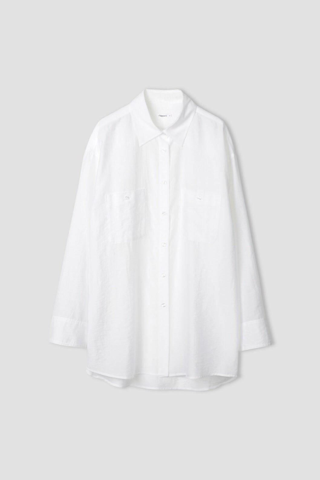 Den vita skjortan i längre modell är 100 % rätt alla dagar i veckan.