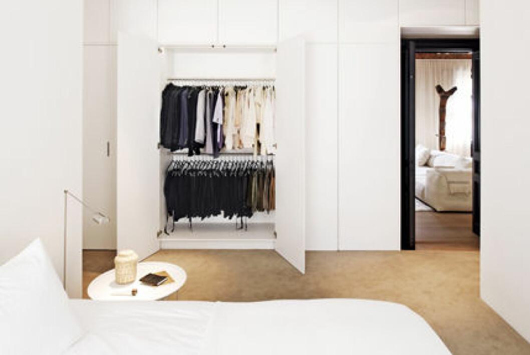 Filippas sovrum är vitt och alla kläder och skor göms bakom dörrar.