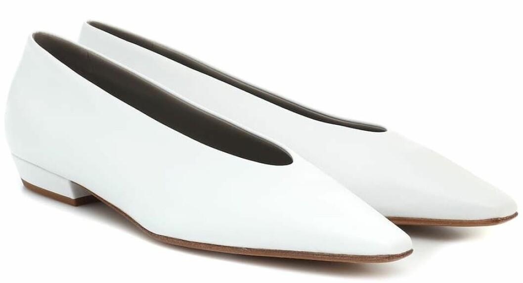 Vita skor från Bottega Veneta med spetsig tå och låg klack.